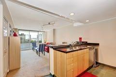 Flatbinnenland De mening van het keukeneiland met woonkamer Royalty-vrije Stock Fotografie