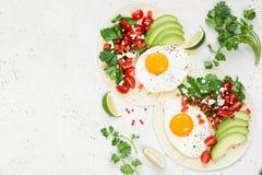 Flatbread με το αβοκάντο, το αυγό και το μεξικάνικο salsa Στοκ Εικόνες
