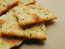 Flatbread chipsy z włoskim ziele Piekarniki piec przekąska krakers zdjęcie royalty free