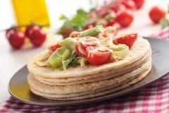 Flatbread com vegetais e queijo imagem de stock