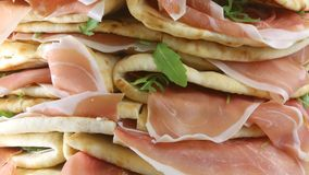 flatbread con el jamón y el arugula crudos en venta en Italia Imagenes de archivo