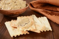Flatbread crackers with hummus Royalty Free Stock Photography