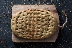 Flatbread de chou frisé sur une table Photos libres de droits