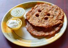 Flatbread de Paratha con la salsa de la cuajada y de la salsa picante - desayuno en cocina india Fotos de archivo libres de regalías