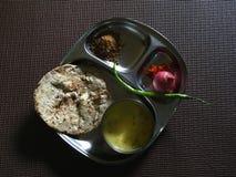 Flatbread del roti del mijo de Bajra Kadhi-con el jaggeryonion y el verde-chile foto de archivo