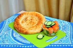 Flatbread del Uzbek y ensalada verde fresca imagen de archivo libre de regalías