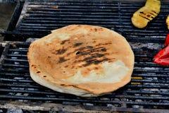 Flatbread gekocht auf dem Grill Stockfotos