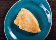 Flatbread georgiano del khachapuri o torta plana con queso en una hornada hecha en casa de la placa Visión superior imagenes de archivo