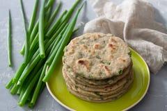 Flatbread integral del centeno del trigo con las cebollas verdes Fotografía de archivo
