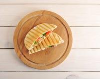 Flatbread pita wypełniał z piersią, warzywami i kumberlandem kurczaka, obrazy royalty free