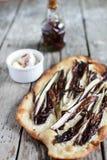 Flatbread z radicchio, chili olejem i chałupa sera rozszerzaniem się, zdjęcia stock