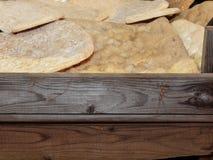 Flatbreads brancos italianos na cesta de madeira Fotos de Stock