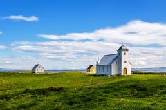 Flateyjarkirkja-Kirche und Paare von lebenden Häusern mit Wiese I stockbild