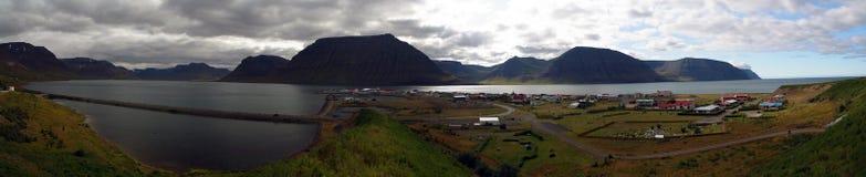 Flateyri by i Iceland' s Westfjords Arkivfoton