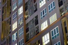 Flatgebouw complex in de stad met flatgebouwen met koopflats en zachte ligh Stock Foto's