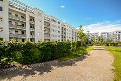 Flatgebouw in de stad - Voorgevel van nieuwe moderne woonhuizen met lage energienorm stock foto's