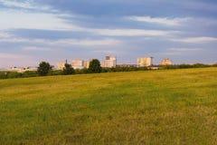 Flatgebouw en grasgebied, urbanisatie en stads uitbreidend concept Stock Afbeelding