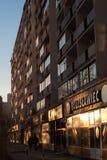 Flatgebouw en hun het winkelen arcade in centrum van Warshau stock fotografie