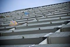 Flatgebouw en paraplu's op de balkons op de zomer hete dag Stock Foto