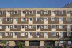 Flatgebouw langs kant het kanaal van Birmingham, Engeland, het UK royalty-vrije stock foto's