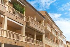 Flatgebouw met balkons Royalty-vrije Stock Afbeelding
