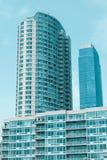 Flatgebouw met bezinning van blauwe hemel Royalty-vrije Stock Afbeeldingen