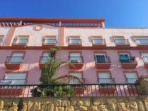 Flatgebouw met een roze Voorgevel Stock Afbeeldingen