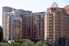 Flatgebouw met koopflats Stock Foto's
