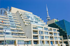 Flatgebouw met koopflats en CN Toren Royalty-vrije Stock Foto