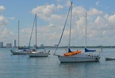 Flatgebouw met koopflats en Live Aboard Sailboats stock foto's