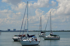 Flatgebouw met koopflats en Live Aboard Sailboats royalty-vrije stock foto