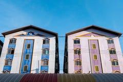 Flatgebouw met koopflats het huistweeling van de de bouwhemel Royalty-vrije Stock Afbeelding