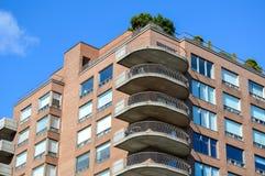 Flatgebouw met koopflatsgebouwen Stock Foto