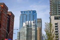 Flatgebouw met koopflatsgebouwen en wolkenkrabbers Royalty-vrije Stock Afbeeldingen