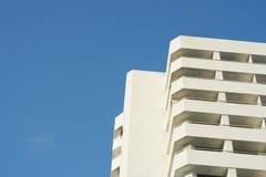 Flatgebouw met koopflatshemel scape op blauwe hemel, bodemmening stock afbeeldingen