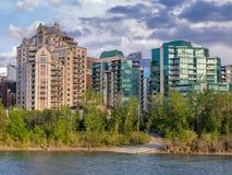 Flatgebouw met koopflatstorens in stedelijk Calgary Stock Foto's
