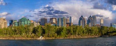 Flatgebouw met koopflatstorens in stedelijk Calgary Stock Afbeeldingen