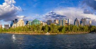 Flatgebouw met koopflatstorens in stedelijk Calgary Stock Foto