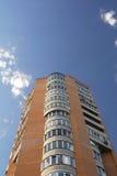 Flatgebouw met meerdere verdiepingen Stock Foto's