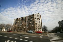 Flatgebouw met straat Stock Afbeeldingen