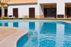 Flatgebouw met zwembad Stock Foto's