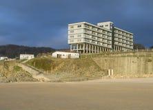 Flatgebouw op de rand van het strand Royalty-vrije Stock Fotografie