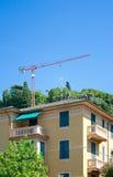 Flatgebouw, reiger op het dak en kraan, Rapallo, Italië Royalty-vrije Stock Foto