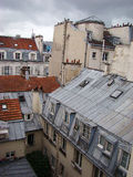 Flatgebouwen in centraal Parijs Stock Fotografie