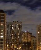 Flatgebouwen in een typische straat van Moskou bij schemer Stock Foto