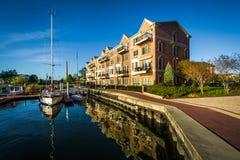 Flatgebouwen en boten op de waterkant in Kanton worden gedokt dat Royalty-vrije Stock Afbeeldingen