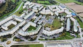 Flatgebouwen en parkeerterreinen, luchtmening Banska Bystrica, Royalty-vrije Stock Foto's
