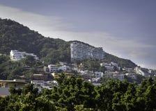 Flatgebouwen met koopflats in de bergachtige wildernis van Puerto Vallarta, Mexico stock afbeelding