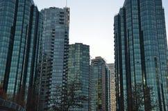 Flatgebouwen met koopflats in de stad Royalty-vrije Stock Foto