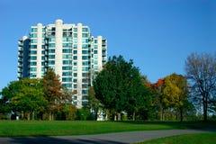 Flatgebouwen met koopflats dichtbij het Park Royalty-vrije Stock Afbeelding